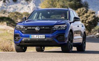 VW Touareg V10 TDI выезжает на автобан на максимальной скорости